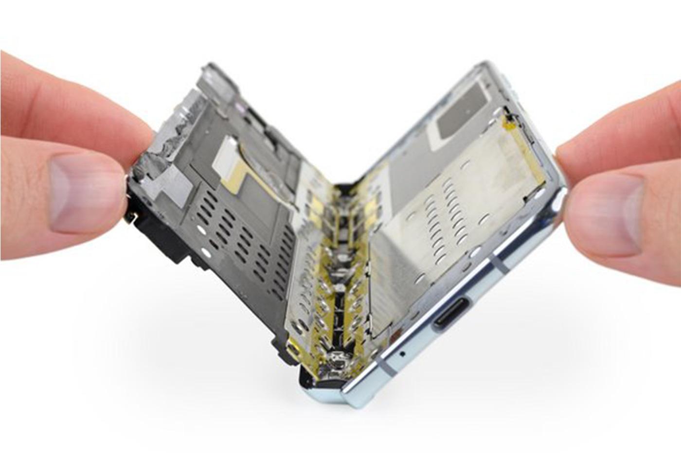 iFixit démonte (encore) le Samsung Galaxy Fold, pour quels changements?