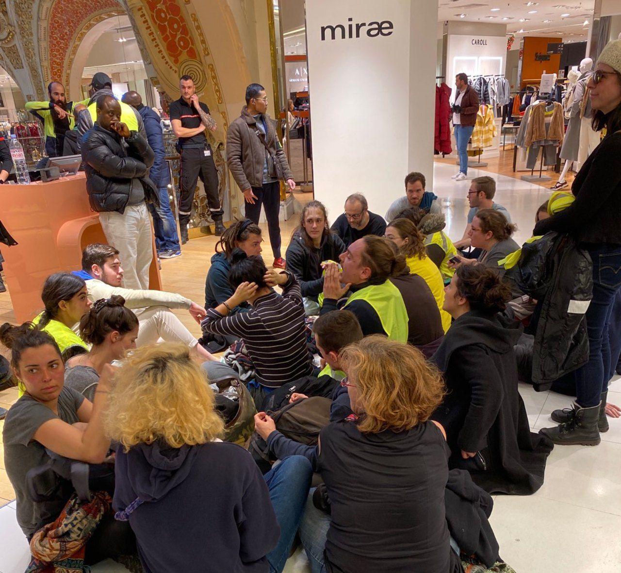 Gilets jaunes : après l'intrusion de manifestants, les Galeries Lafayette évacuées puis fermées – Le Parisien