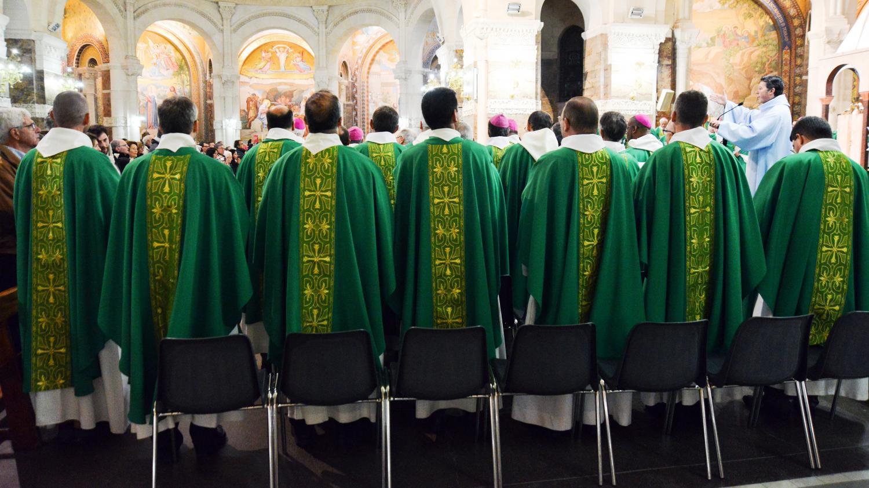 """Les évêques votent le principe d'une """"somme forfaitaire"""" en faveur des victimes de prêtres pédophiles – franceinfo"""